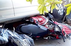 Nữ tài xế lùi ôtô từ trong nhà ra đường, cuốn 4 xe máy vào gầm