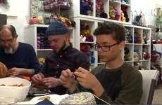 [Video] Đàn ông Mỹ đan len, xóa nhòa định kiến về giới