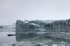 [Video] Băng tan tạo ra đợt sóng khổng lồ suýt cuốn trôi du khách