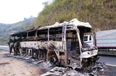 Một xe khách giường nằm cháy rụi trơ khung sắt trên đèo Pha Đin