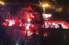 [Video] Lửa bốc cháy dữ dội thiêu rụi tháp nhà thờ Đức Bà ở Paris