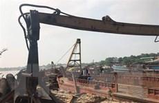 Hà Nội: Liên tiếp bắt giữ 5 tàu khai thác cát trái phép trên sông Hồng