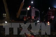 [Video] Xe khách lật ngang đè bẹp xe môtô, 19 người thương vong