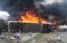 Xe buýt bốc cháy sau khi đâm phải xe chở hàng, 15 người tử nạn
