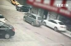 [Video] Tài xế lùi ôtô cán qua người hai bà cháu đang ngồi trên vỉa hè