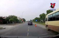 [Video] Hú vía cảnh bé trai bất ngờ lao qua đường ngay sát mũi ôtô