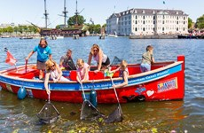 Hà Lan: Đi du thuyền 'câu' rác thải nhựa ở các dòng kênh nổi tiếng