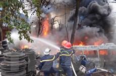 Hàng trăm chiếc lốp xe ôtô cũ bén lửa bốc cháy dữ dội giữa khu dân cư