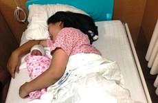 Hy hữu sản phụ đẻ rơi con gái nặng 3,2kg ngay trên xe taxi