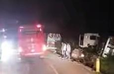 Bình Phước: Xe khách phóng nhanh vượt ẩu, ép lật cả xe container