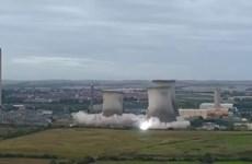 [Video] Cảnh 3 tháp làm mát của nhà máy điện ở Anh tan thành tro bụi