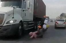 [Video] Cả gia đình thoát chết ngay trước bánh xe container