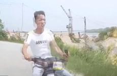 [Video] Người đàn ông lái xe máy từ khúc quanh lao thẳng vào đầu ôtô