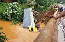 Đánh lái gấp, xe tải chở hơn 10 tấn phân bón lao thẳng xuống suối
