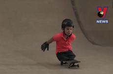 [Video] Cậu bé không chân trượt ván điêu luyện gây kinh ngạc