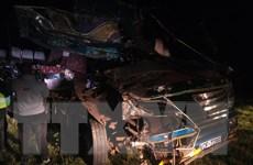 Xe buýt đâm thẳng vào ôtô tải đi ngược chiều, 13 người thiệt mạng
