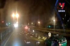 [Video] Xe tải rơi hàng chục thùng mì tôm, nhiều người lao vào hôi của