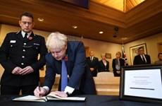 Vụ 39 thi thể trong xe container: Thủ tướng Anh ký sổ tang chia buồn