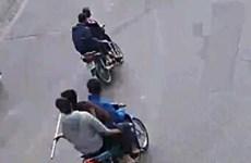 Bắt giữ 5 thanh niên ngang nhiên vác hung khí diễu hành trên đường phố