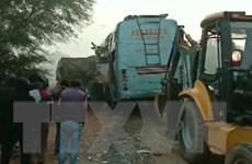 Tài xế xe buýt lái ẩu đâm vào ôtô tải khiến gần 30 người thương vong