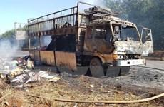 Xe tải chở đầy bìa cáttông bị lửa thiêu rụi khi đang lưu thông