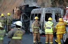 Xe buýt bốc cháy sau khi đâm vào xe tải chở gỗ, 15 người thiệt mạng