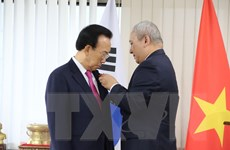 Trao tặng Huân chương Lao động cho nguyên Tỉnh trưởng của Hàn Quốc