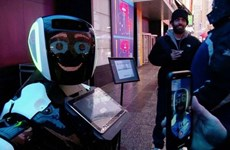 Robot trên Quảng trường Thời đại ở New York cung cấp thông tin về nCoV