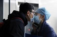 Câu chuyện đằng sau nụ hôn qua vách kính của nữ y tá chống COVID-19