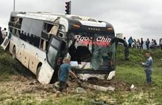 Phú Yên: Xe khách giường nằm chở 40 người lao xuống ruộng
