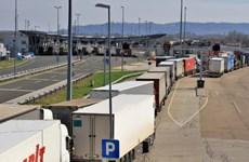 Cảnh sát Slovenia phát hiện 22 người di cư trong xe bồn vào châu Âu