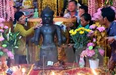 Sóc Trăng: Hàng trăm người chiêm bái tượng đá cổ mới phát hiện