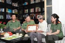 NSND Trọng Bằng và nhạc sỹ Phạm Tuyên được tặng Kỷ niệm chương