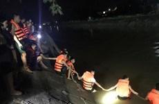Vĩnh Phú: Ba ông cháu đi xe máy ngã xuống kênh nước, 2 người tử vong