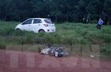 Ôtô đâm xe máy ba cha con chở nhau, bé trai 7 tuổi tử vong