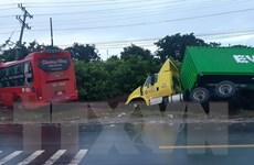 Xe khách vượt ẩu tông trực diện xe tải khiến 5 người thương vong