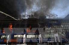 Chập điện gây ra đám cháy lớn tại một siêu thị điện tử ở Pakistan