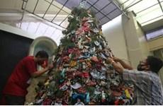 Độc đáo cây thông Noel trang trí bằng khẩu trang và nước sát khuẩn tay