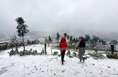 Lào Cai: Tuyết rơi dày 15cm tại Y Tý khiến du khách thích thú