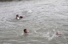 Nam Định: 18 học sinh rủ nhau tắm biển, cát sụt khiến 3 em mất tích