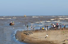 Nam Định: Tìm thấy thi thể 1 trong 3 học sinh bị sóng biển cuốn trôi