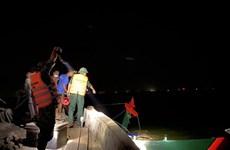 Chìm tàu cá do va chạm với sà lan, một thuyền viên bị thương nặng