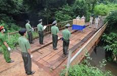 Công an Đăk Nông trao tặng vật tư y tế chống COVID-19 cho Campuchia
