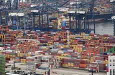Xuất khẩu vững mạnh, kinh tế Trung Quốc trút bớt gánh nặng