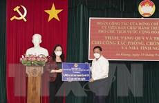 Phó Chủ tịch nước trao quà hỗ trợ tỉnh An Giang chống dịch COVID-19