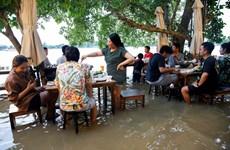 Thái Lan: Độc đáo nhà hàng phục vụ thực khách giữa dòng nước lũ