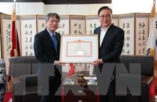 Tặng bằng khen Tổng lãnh sự danh dự Việt Nam tại Busan-Gyeongnam
