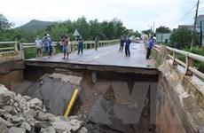 Mưa lũ gây thiệt hại, chia cắt giao thông ở nhiều địa phương