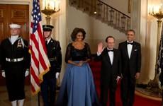 Bà Michelle Obama diện váy xòe tiếp Tổng thống Pháp