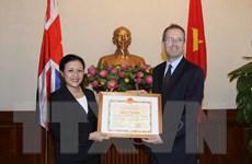 Trao bằng khen cho Đại sứ Liên hiệp Vương quốc Anh và Bắc Ireland